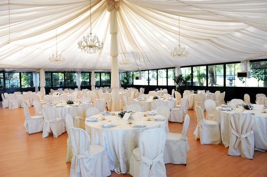 Modern esküvő sátorban