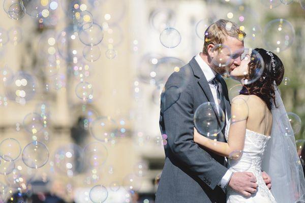 csókolózó pár buborékkal