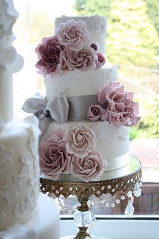 torta lila rózsával